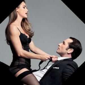 Девушка тянет мужчину за галстук